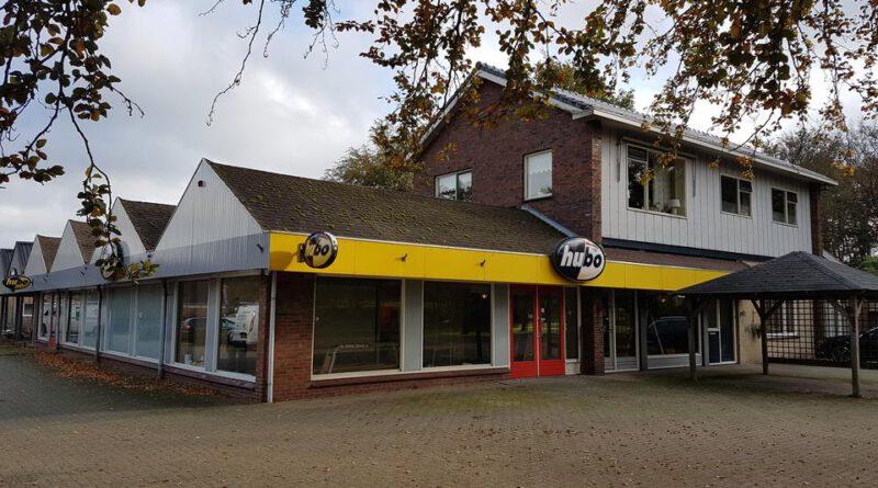 Voormalige doe-het-zelfwinkel Exloo, omgetoverd tot fietstransferium en camperwalhalla.