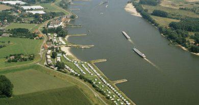Camperplaatsen met uitzicht op scheepvaart.
